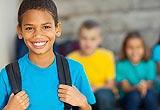 Schüler mit Migrationsgeschichte lächelt