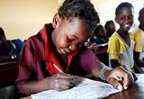 Afrikanisches Mädchen schreibt im Unterricht