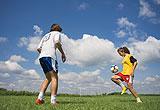 Zwei Fußball spielende Schüler
