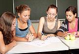Vier Schülerinnen in Gruppenarbeit