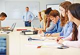 Hörsaal mit Studenten und einem Professor