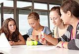 Schülerinnen planen ein Projekt