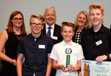 Die Schüler der Mittelschule Holderhecke, Bergrheinfeld, präsentieren ihre Siegerpreise