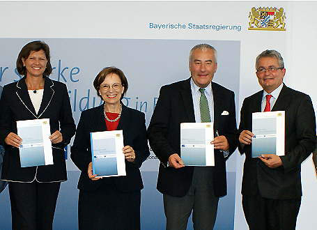 Staatsminister Spaenle nach der Unterzeichnung der Vereinbarung