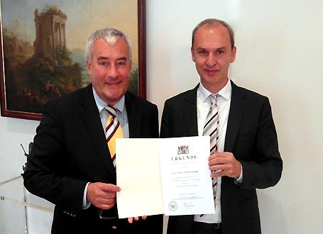 Wissenschaftsminister Dr. Ludwig Spaenle händigt Prof. Dr. Bernd Redmann die Urkunde zum neuen Präsidenten der Hochschule für Musik und Theater München aus