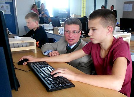 Staatssekretär Bernd Sibler mit einem Schüler der Mittelschule Passau-Neustift