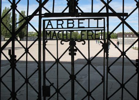 Historische Eingangstür der KZ-Gedenkstätte mit zynischer Aufschrift