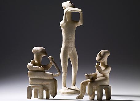 Aus dem Marmor der Kykladen-Inseln gefertigte Kykladenidole