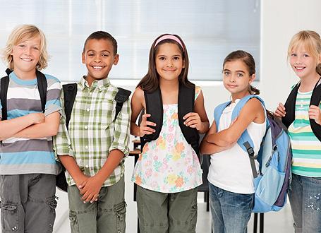 Fünf Schülerinnen und Schüler