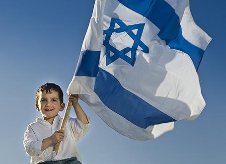 Junge mit israelischer Flagge