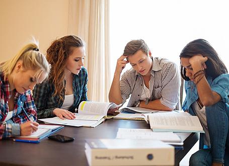 Schüler am Tisch