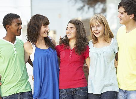 Junge Menschen verschiedener Herkunft