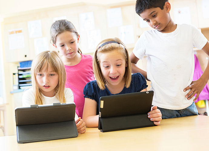 Foto: Kinder vor Tablets