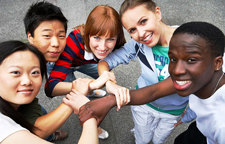 Schüler verschiedener Ethnien bilden ein Armnetz