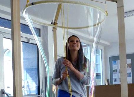 Schülerin in Riesenseifenblase